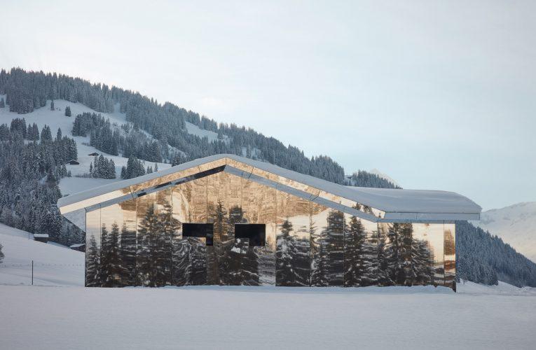 O casă din Elveția are pereții exteriori acoperiți cu oglinzi pentru a nu strica peisajul