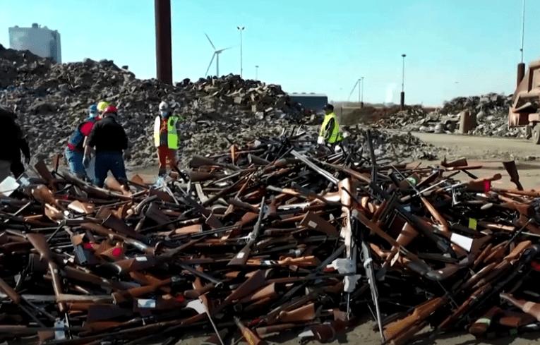 VIDEO: 22.000 de arme au fost transformate recent în 60 de tone de oțel reciclat