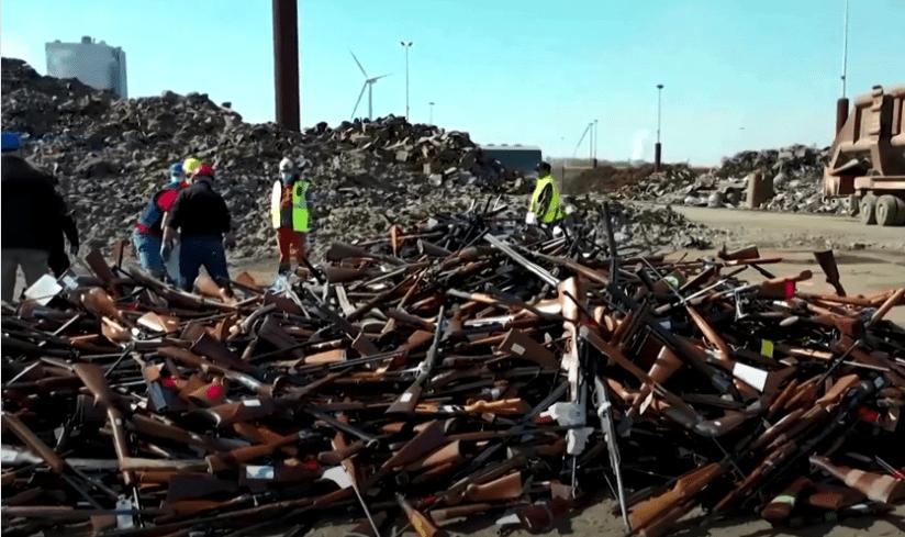 22.000 de arme au fost transformate recent în 60 de tone de oțel reciclat