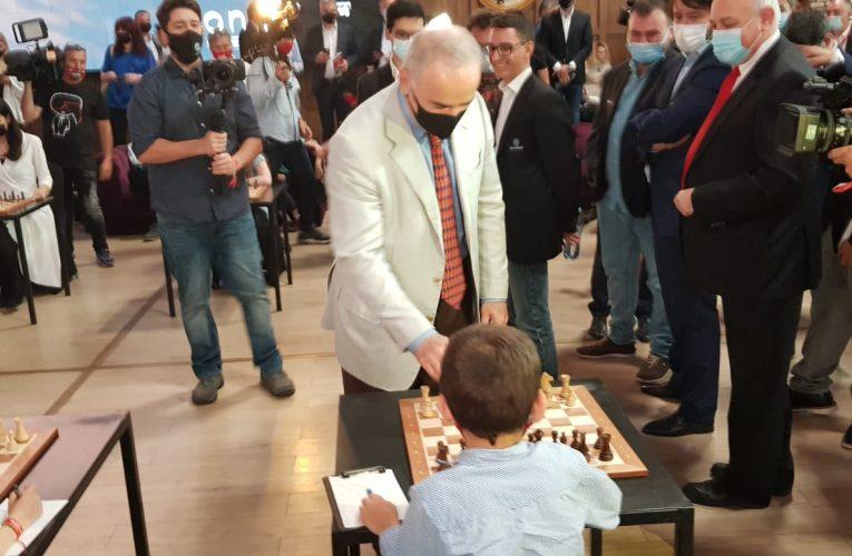 La doar 8 ani, brașoveanul Vladimir Șofronie a jucat o partidă de șah împotriva  Marelui Maestru Internațional Garry Kasparov și alți 10 mari maeștri, în deschiderea evenimentului Superbet Chess Classic Romania 2021