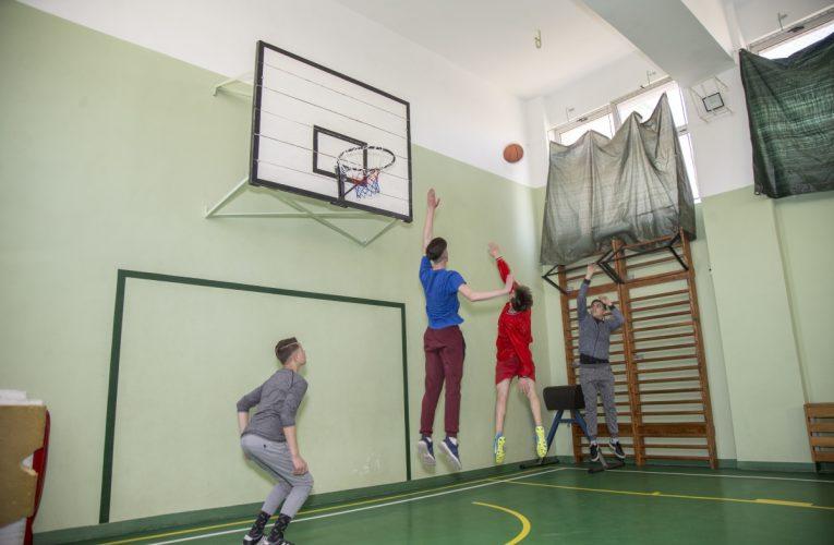 În cadrul programului Sportul pentru toți,  5 școli din municipiul Brașov vor primi 50.000 euro pentru reamenajarea sau îmbunătățirea facilităților pentru sport