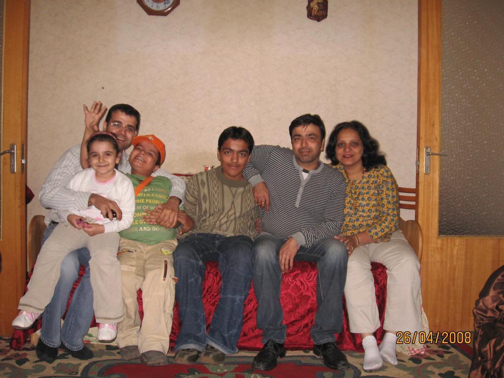 Această imagine are atributul alt gol; numele fișierului este de-la-reuniunea-lui-Tushi-cu-familia-in-Romania-cand-avea-8-ani.jpeg